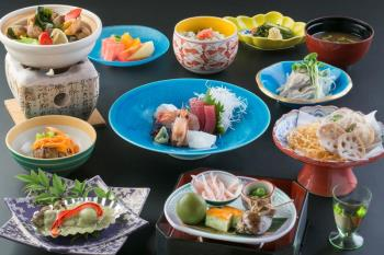 夕食はゆったり旬の会席と館内の温泉めぐりで浦島を満喫
