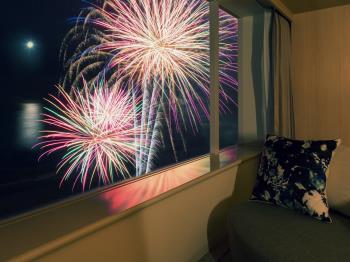 夏限定の特別なシャンパンとサブレを楽しみながらシェラトンのてっぺんから花火を見下ろすプラ...