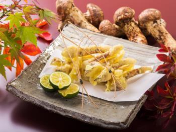 【秋の味覚をお手軽に】人気の和洋60種食べ放題バイキングに松茸天ぷら1品プレゼント