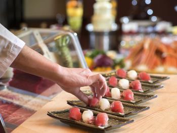 ●ジューシーなローストビーフに握り立てお寿司も●みんな満足お腹いっぱいバイキング