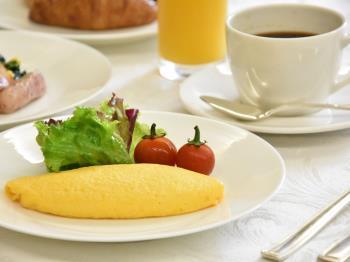 .朝食はシェフ自信作♪20品の和洋箱膳&出来たてオムレツのライブキッチン【1泊朝食付】.