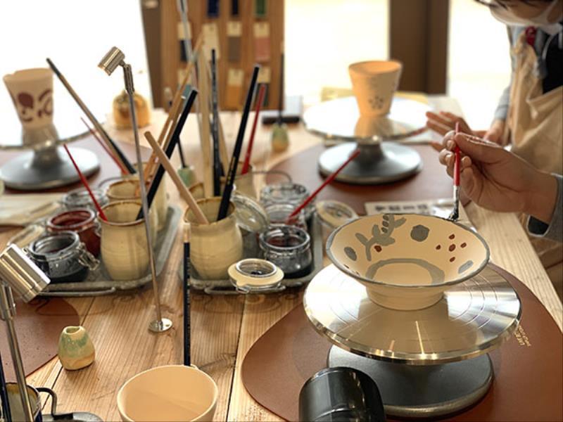 【女性やカップルに人気】1日5組アラマハイナ限定の選べる琉球焼き物「やちむん」絵付け体験付(朝食付)