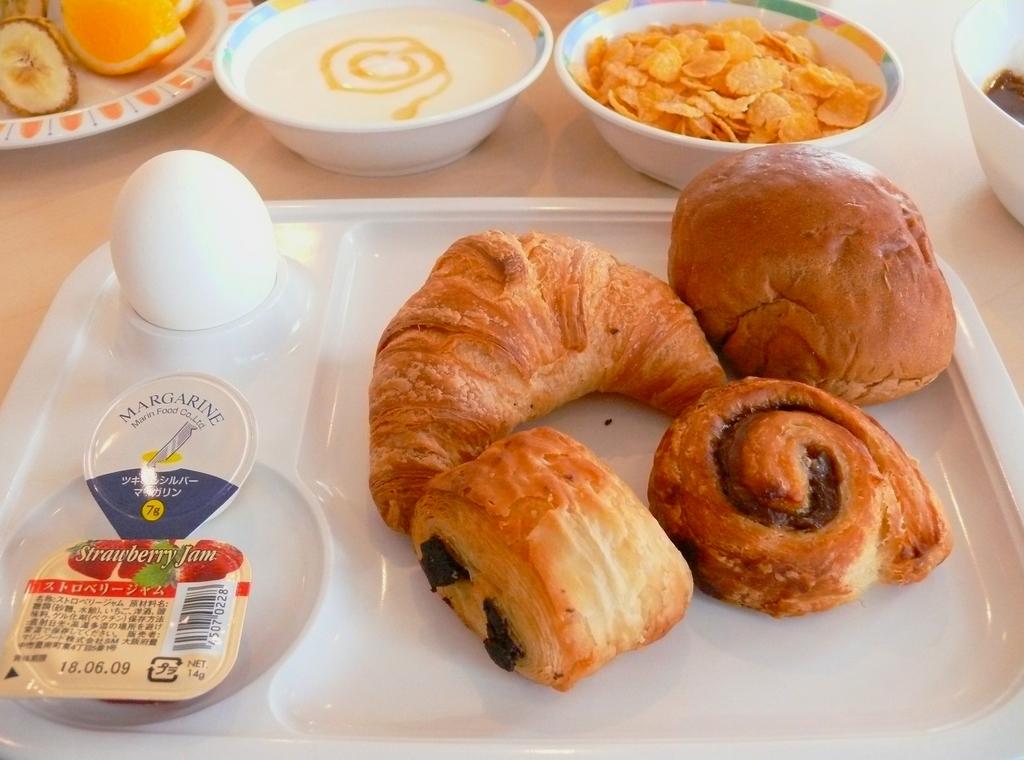 朝食は焼きたてパンが食べ放題♪
