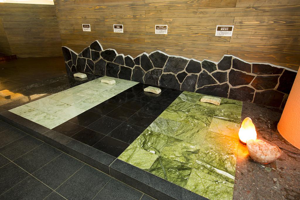 クアパークでは岩盤を使用したリラックスエリア「石暖」が人気!