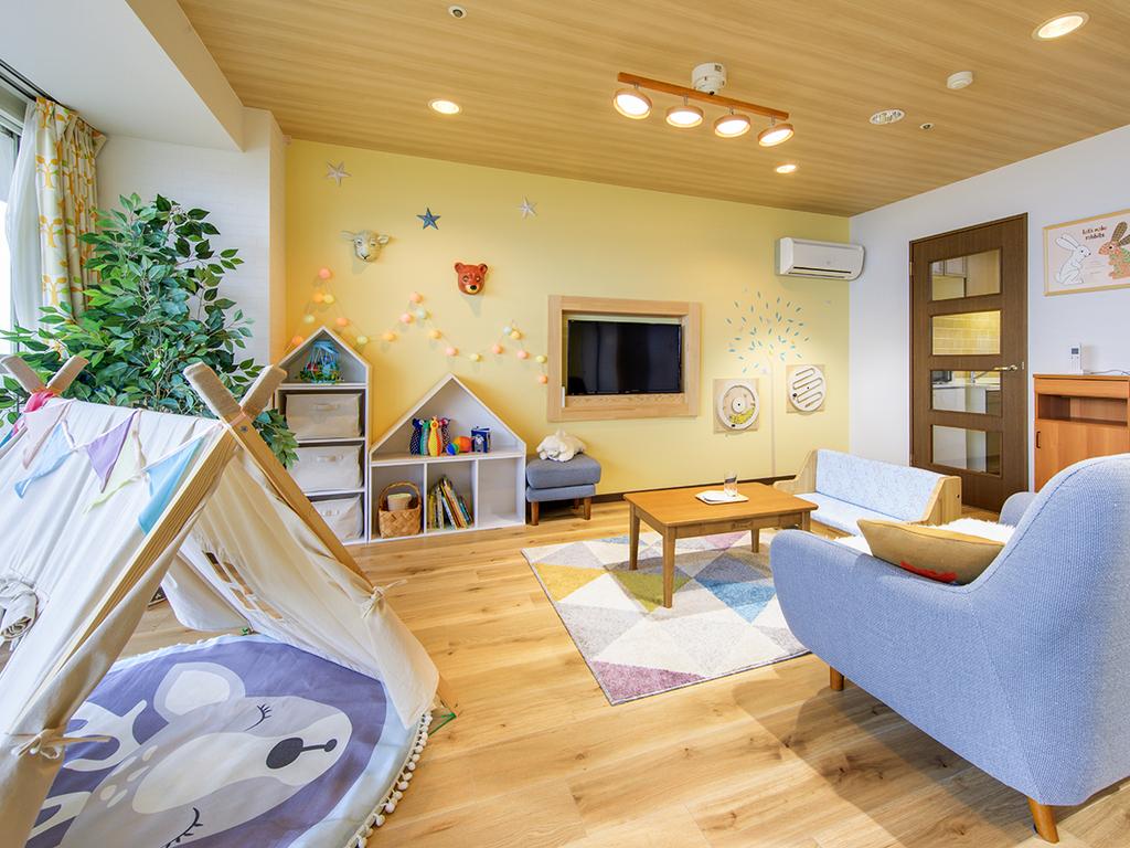 広々リビングはお子様が喜ぶプレイルーム♪(3名定員客室 和室+リビング)※実際の備品とは異なる場合があります。
