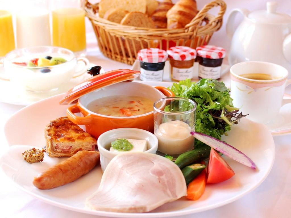 ご朝食には自家製ハムや地元野菜の入った選べるポタージュなどのご朝食をご用意しております