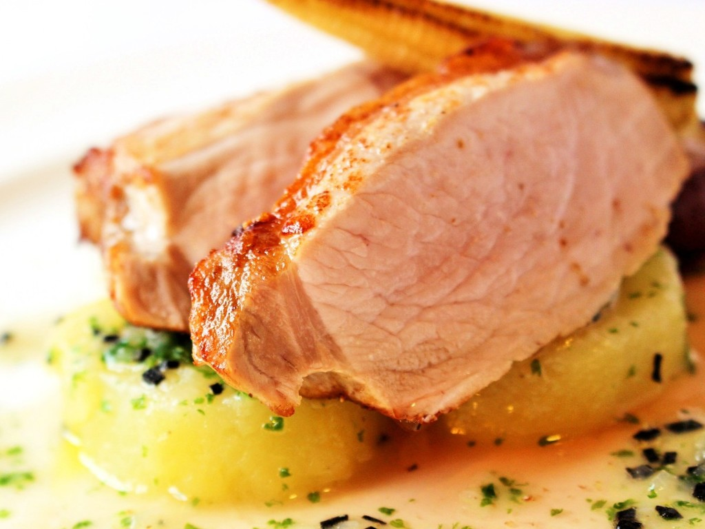 お肉料理例:県内産の丁寧に育てられた旨み溢れるブランドポークのロースト