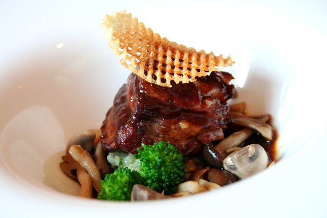 お肉料理例:県内産の丁寧に育てられた旨み溢れるブランドポークの煮込み