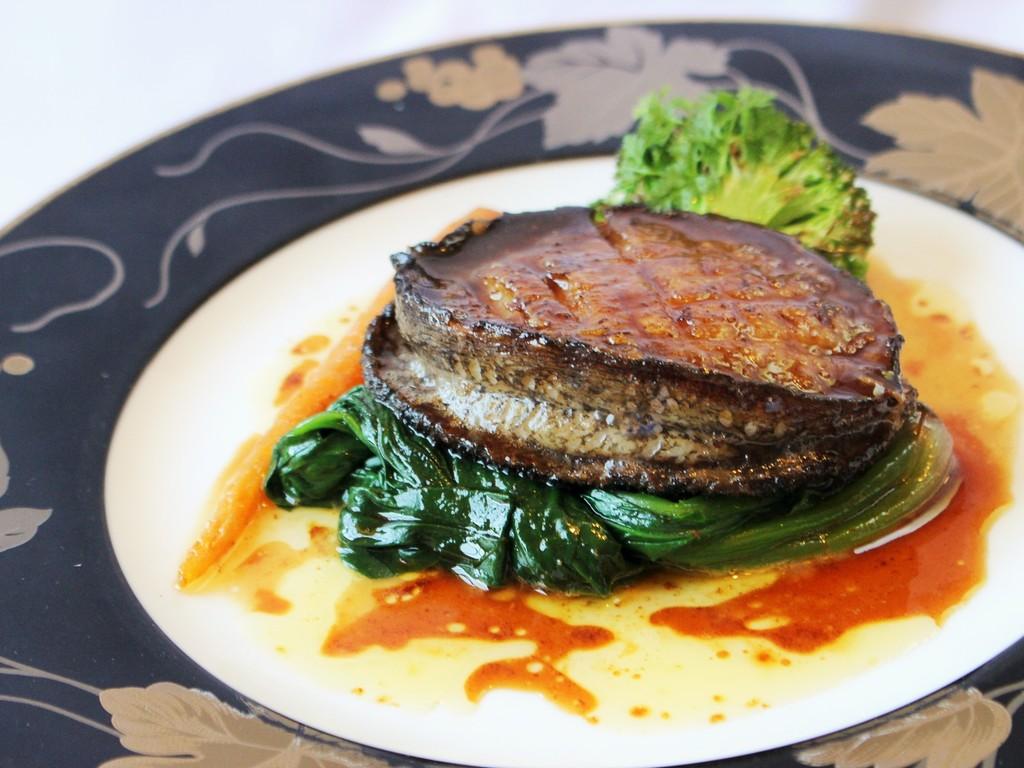 メイン料理は贅沢に旬の黒鮑をまるごと1個ご用意しております