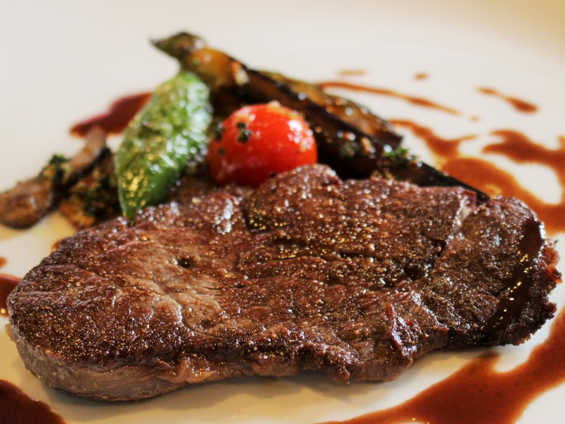メインのお肉は和牛フィレステーキかシャラン産鴨のローストからお選びください