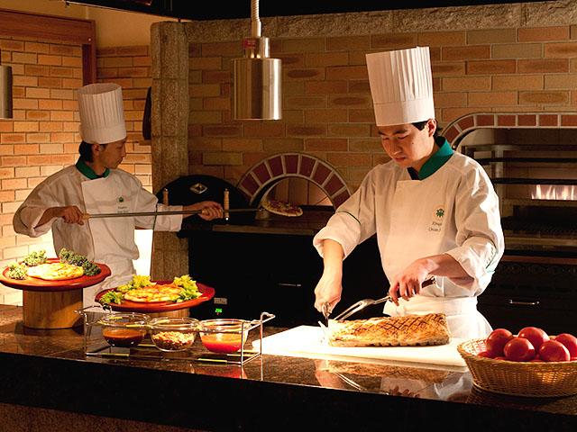 本格石窯では目の前で作る、出来たてピザやグリル料理が楽しめます。