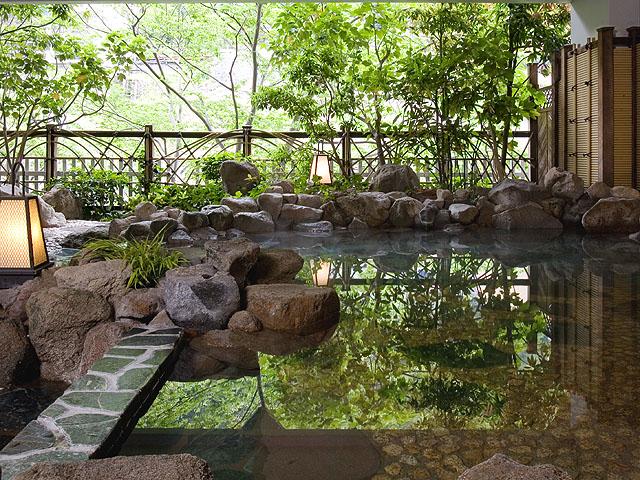 鬼怒川の川音と空気を感じながら入浴できる岩風呂