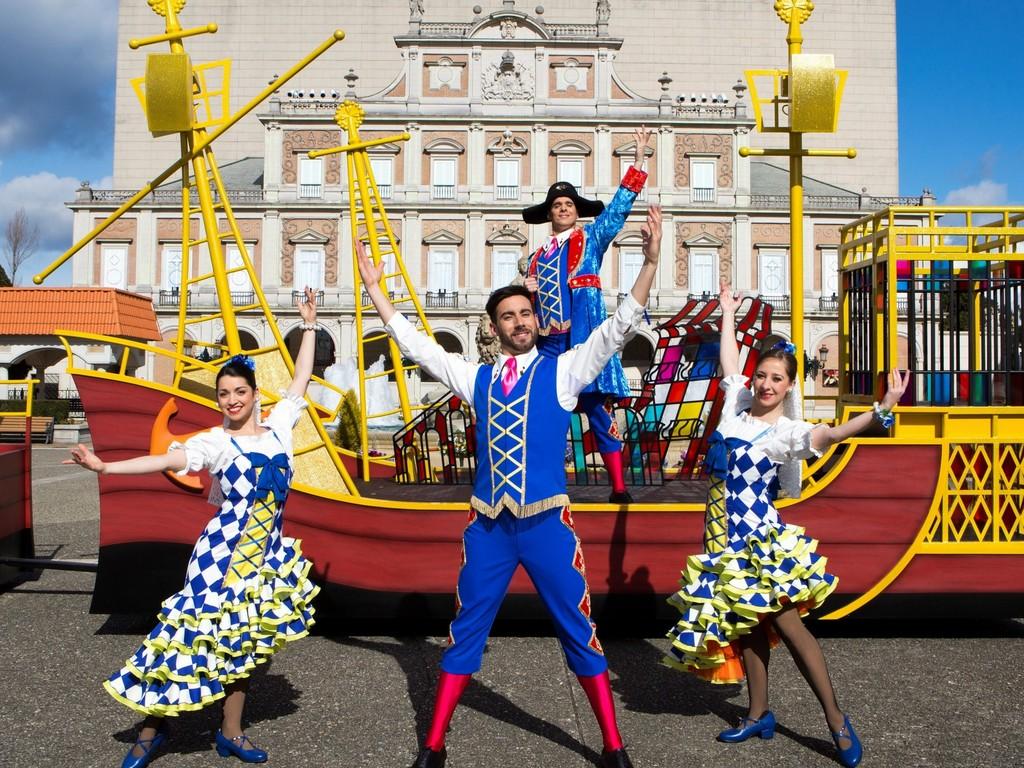 スペイン人エンターテイナーが繰り広げる陽気なストリートミュージカル