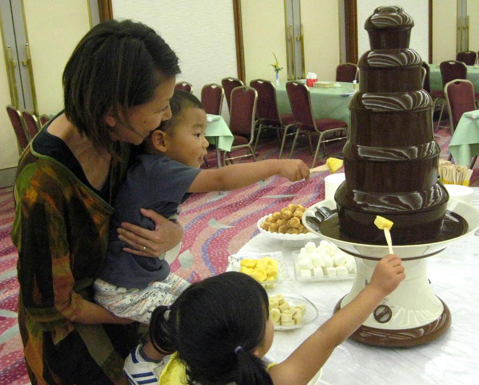夕食のディナーバイキングでお子様に大人気の『チョコレートファウンテン』