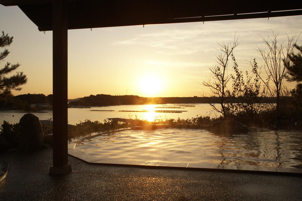 茜色に染まる英虞(あご)湾の夕景をご覧いただけます。※天候により見え方が変わります。