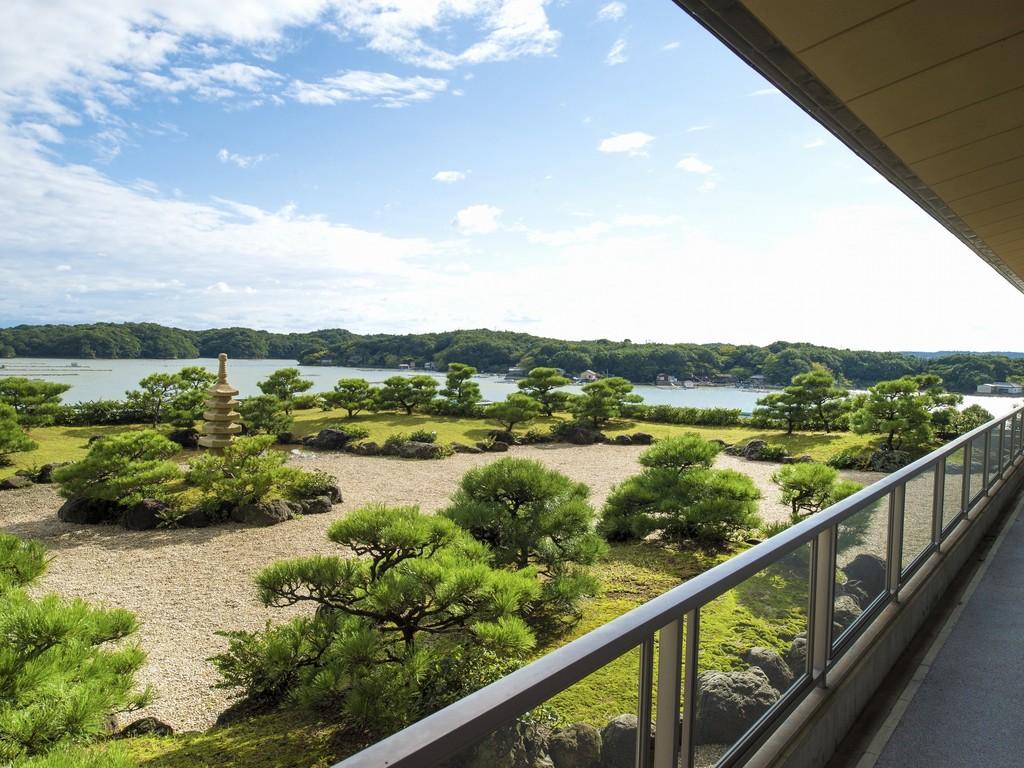 3階見晴らしロビーからは和風庭園越しに英虞湾の風景をお楽しみいただけます。