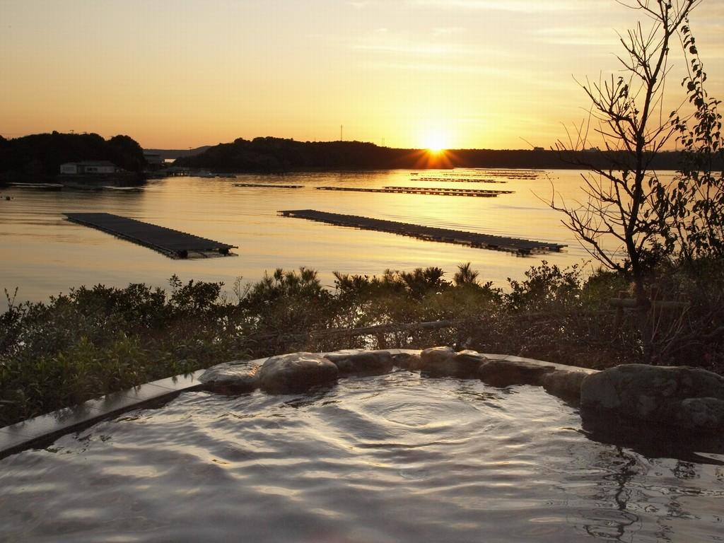 庭園露天風呂「夕なぎの湯」 英虞湾に映る夕景をお楽しみください。