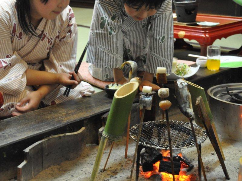 家族みんなで囲炉裏を囲めば楽しい夕食♪