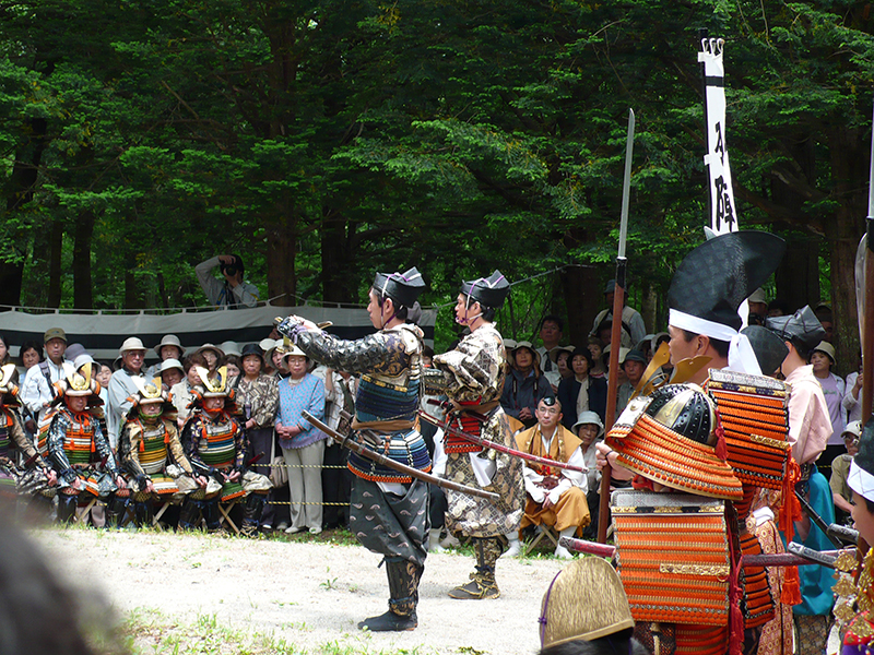 当館の目の前「湯殿山神社」にて出陣式