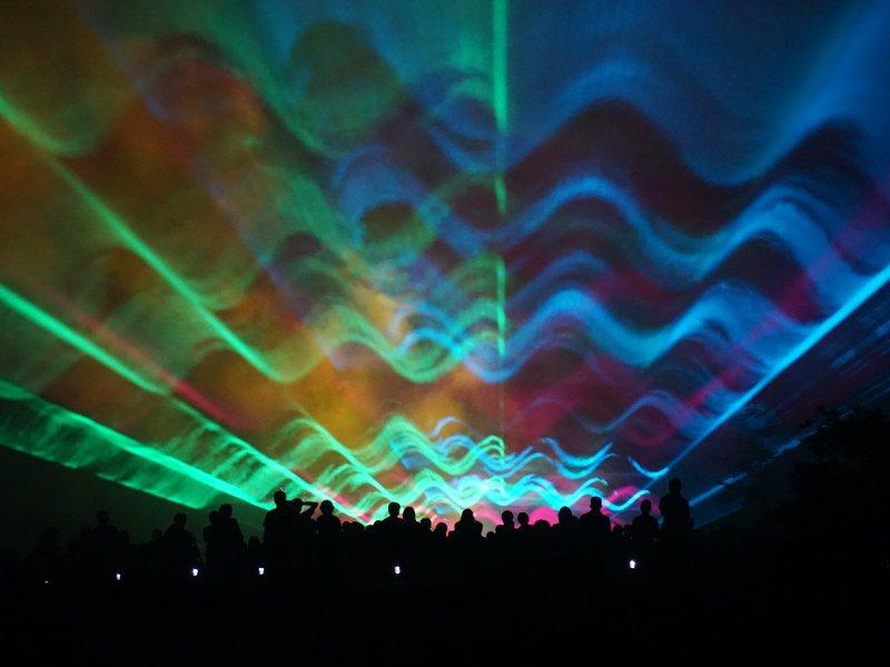 8/4(土)〜19日(日) 20:40〜21:00 夜空にレーザー光線でオーロラが描き出されます