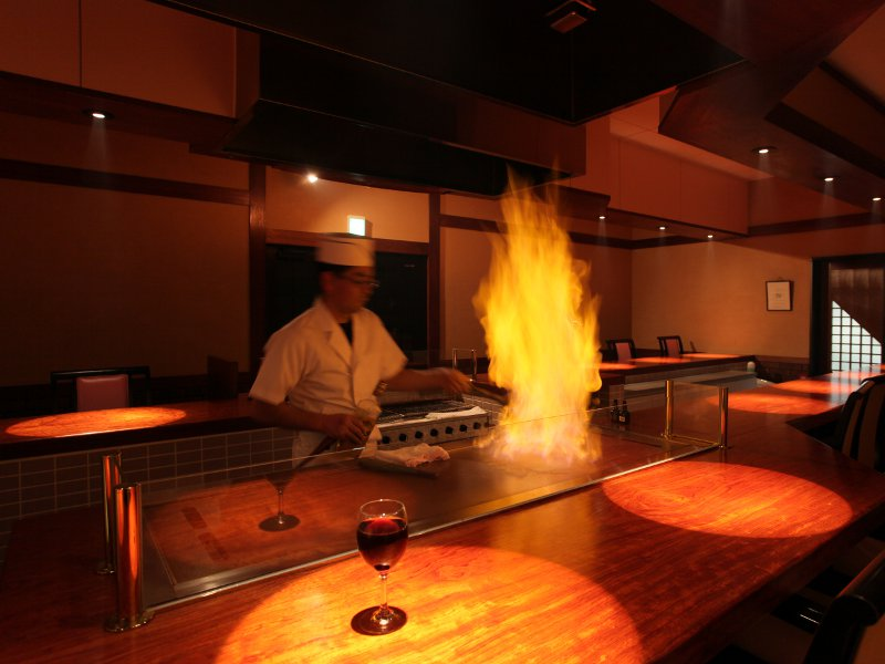 """調理人が""""鉄板焼ハウス""""で焼き上げる「とちぎ和牛」は絶品"""