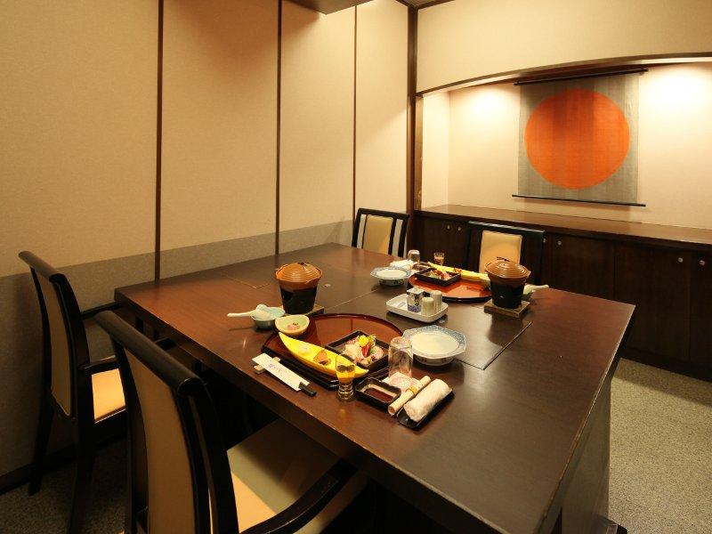 夕食は個室のお食事処でご用意、美味しいお料理に会話も弾む