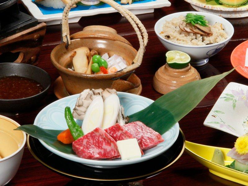 「松茸の土瓶蒸し」や「松茸の天ぷら」、「松茸ご飯」等と黒毛和牛の鉄板焼も楽しめる平家お狩場焼