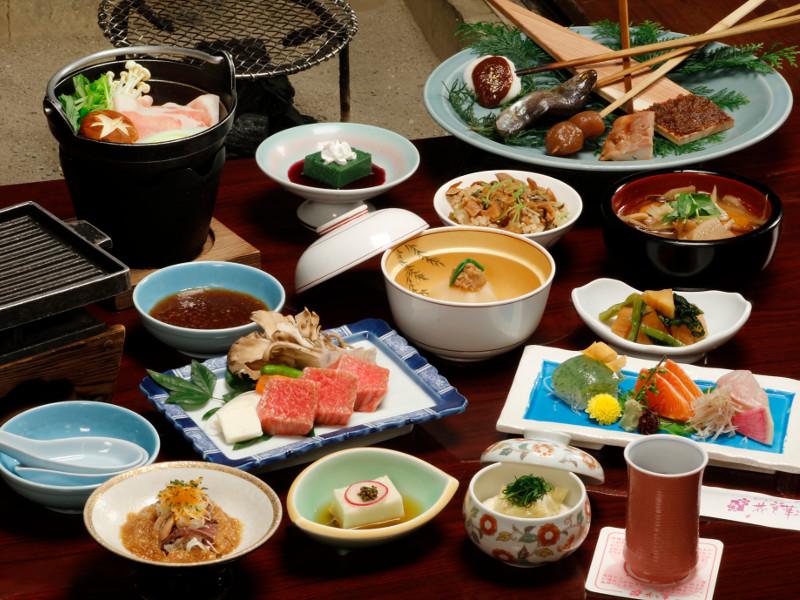 ご夕食は、「平家お狩場焼」または、「湯西川平家懐石」のいずれかをご用意致します