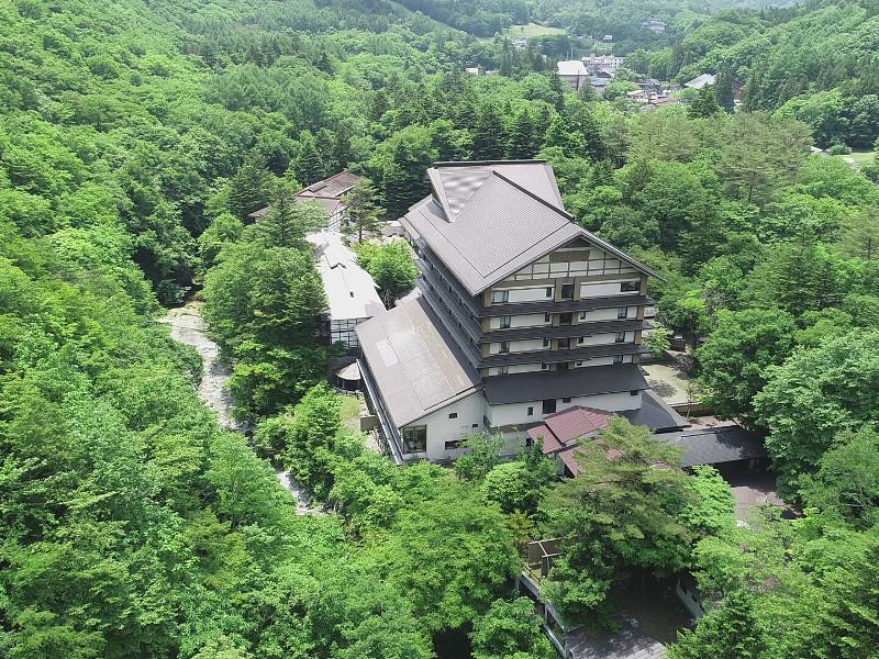 標高730m、自然林に囲まれた湯西川のせせらぎの聞こえる宿