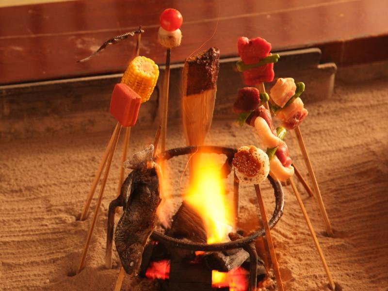 パチパチと爆ぜる炭火に会話も弾む♪囲炉裏を囲む「平家お狩場焼」