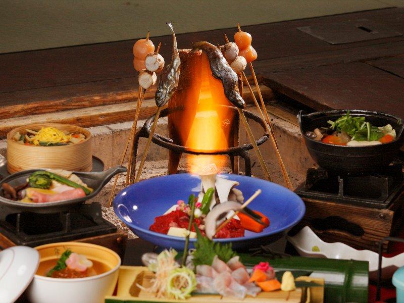 郷愁を誘う、囲炉裏を囲むご夕食をお楽しみください