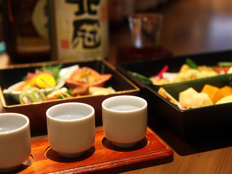 お酒のアテに最適、旬の食材を盛り込んだ松花堂弁当