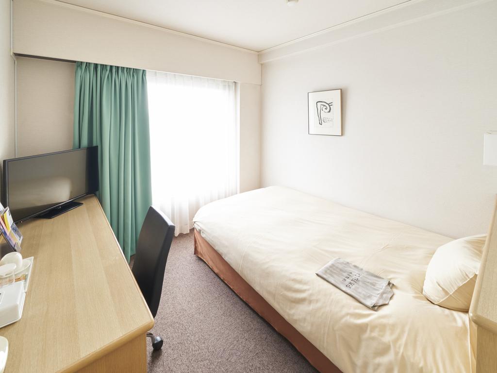 シングルルームのベッド幅はゆったり140cmのセミダブルサイズです