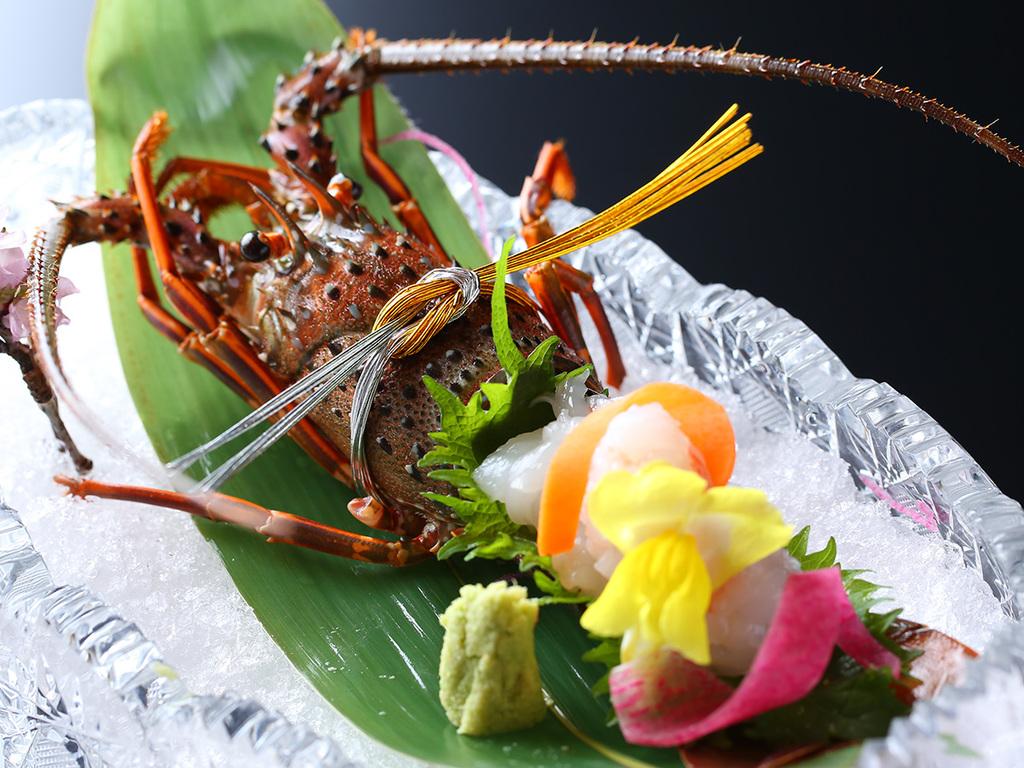 【伊勢海老のお造り】国産伊勢海老の独特の甘さとぷりっぷりの食感、味噌の濃厚な味わいをご堪能ください。