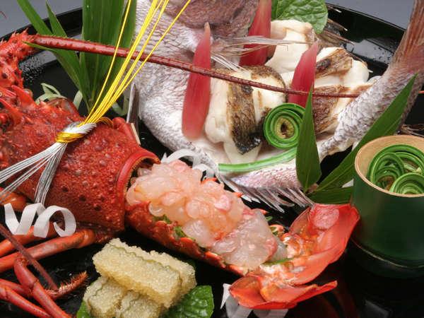お祝いの宴を華やかに彩る「お祝い特別料理」。鯛の尾頭付、伊勢海老のお造り盛合わせ。