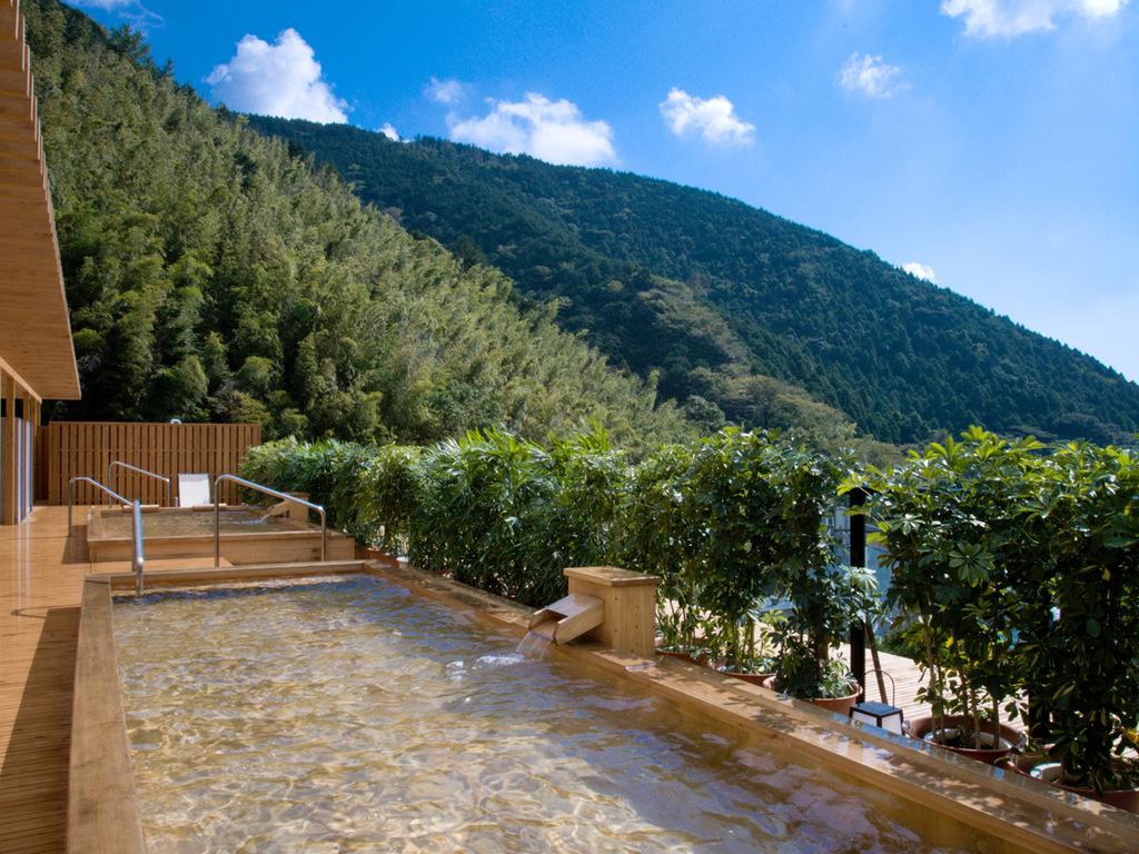 山翠楼自慢の展望露天風呂「大空」。奥湯河原随一の眺望をお楽しみください。