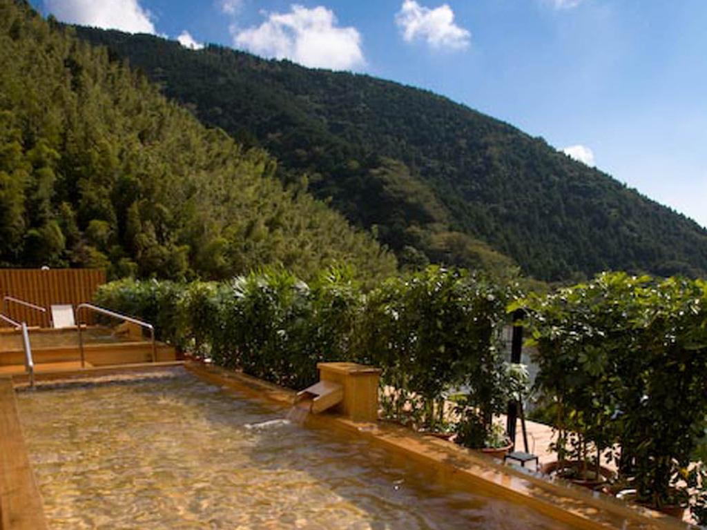 奥湯河原随一の眺望を誇る展望露天風呂「天空」。開放的な湯浴みをお楽しみください
