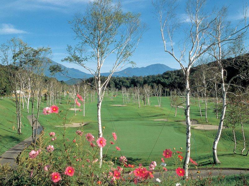 お時間あればゴルフもぜひ♪ 併設ゴルフ場はホテルの目の前です!