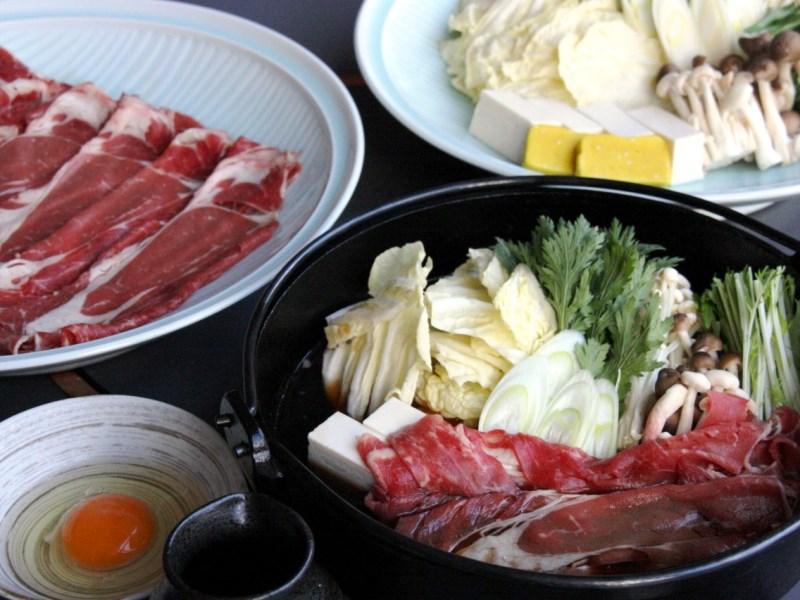 夕食は牛と豚すき焼き食べ放題!!