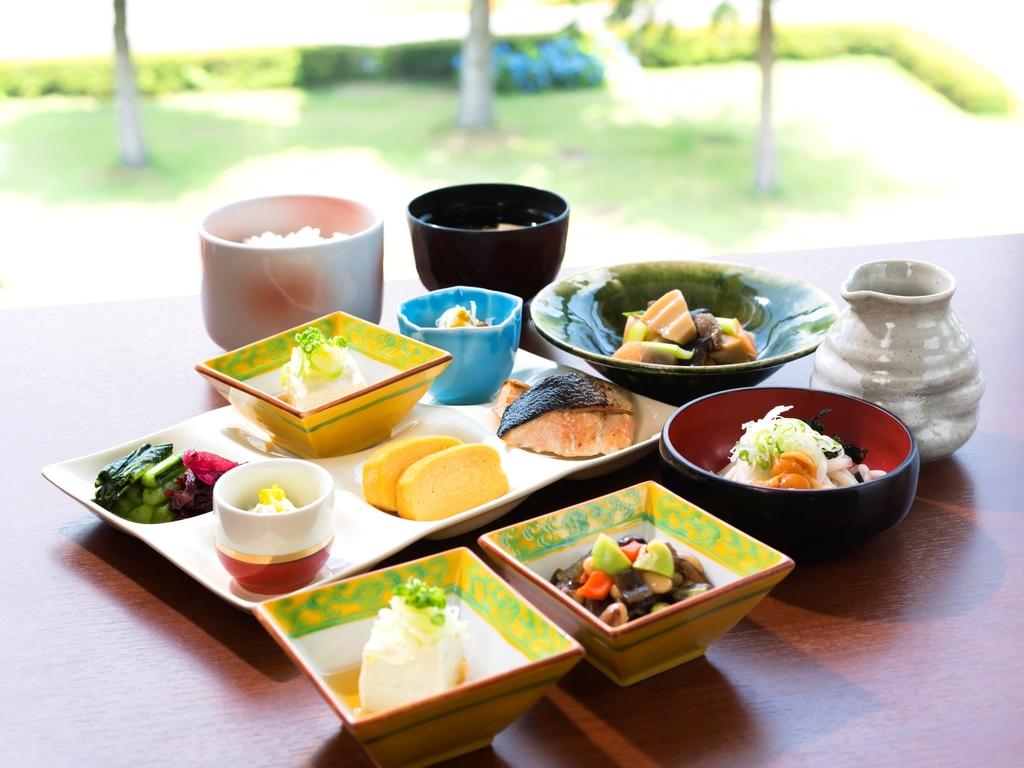 朝食は和洋のバイキング!たくさん食べていっぱい遊んでください☆ *和食イメージ