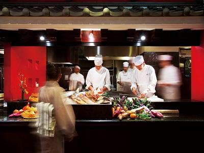 ご夕食は『べにはな』にて、新鮮な海の幸や加賀野菜を懐石で堪能