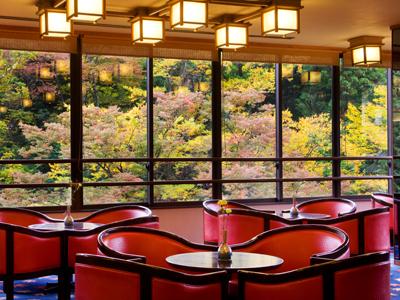 ロビーより鶴仙渓の四季彩をお楽しみください。