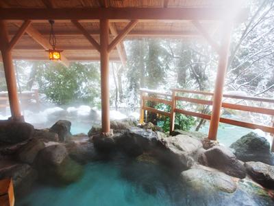 暖かい湯に浸りながら眺める雪景色
