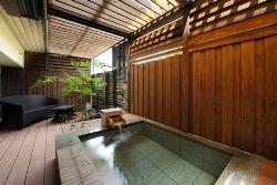*2012年5月リニューアル!露天風呂付客室「翠(すい)」の渓谷側露天風呂。