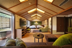 *露天風呂付客室「翠・山沿い」の客室例。陶器の露天風呂。