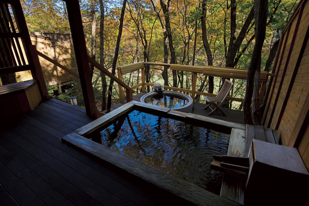 *渓流沿い貸切風呂「あけび」・浴室の一例
