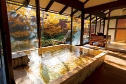 秋の行楽は3名以上がお得♪貸切風呂の紅葉もお楽しみいただけます!
