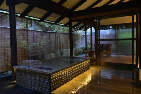 ホテルから徒歩3〜4分の場所にある 2020年7月リニューアルの森のお風呂「鬼燈(ほおずき)亭」