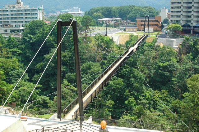 ホテルから車で5分の場所にある「鬼怒楯岩大吊橋」。全長140m高さ約40mの橋上からは、大岩を縫うように流れる鬼怒川の急流や緑豊かな山々を眺めることができます。