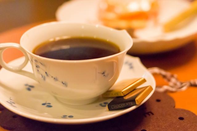 ホテル内のBARで語らいの夜を♪スイーツ(ミニケーキ3種類からチョイス♪)&コーヒーをご用意しております♪
